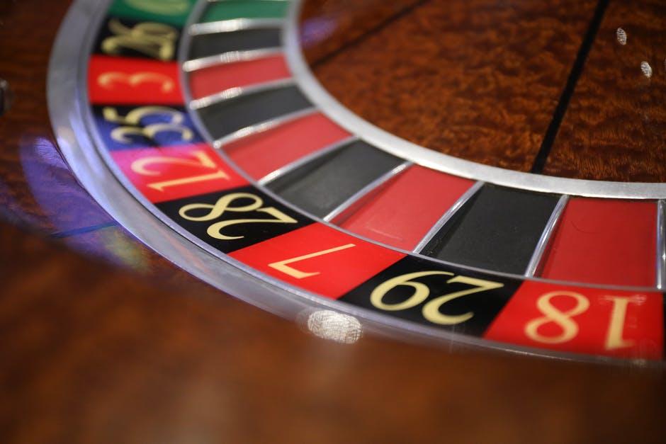 legenda-pokera-phil-hellmuth-pokonuje-daniela-negreanu-w-drugiej-rundzie-pojedynku-na-wysokie-stawki